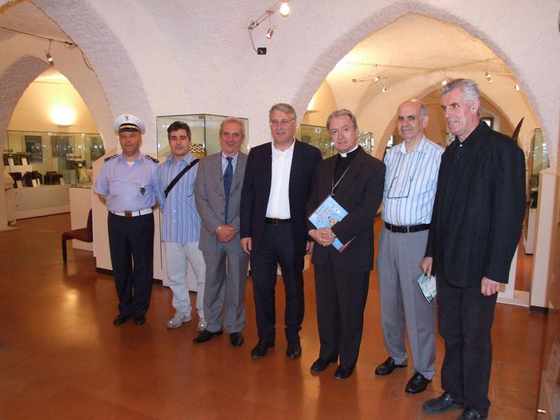 Mons. Tonucci in visita al Museo della fisarmonica