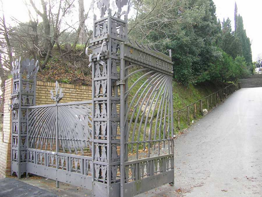 Cimitero, un parcheggio da via Donizetti