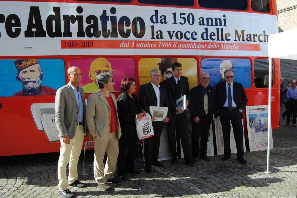 Tanta gente per il bus del Corriere Adriatico
