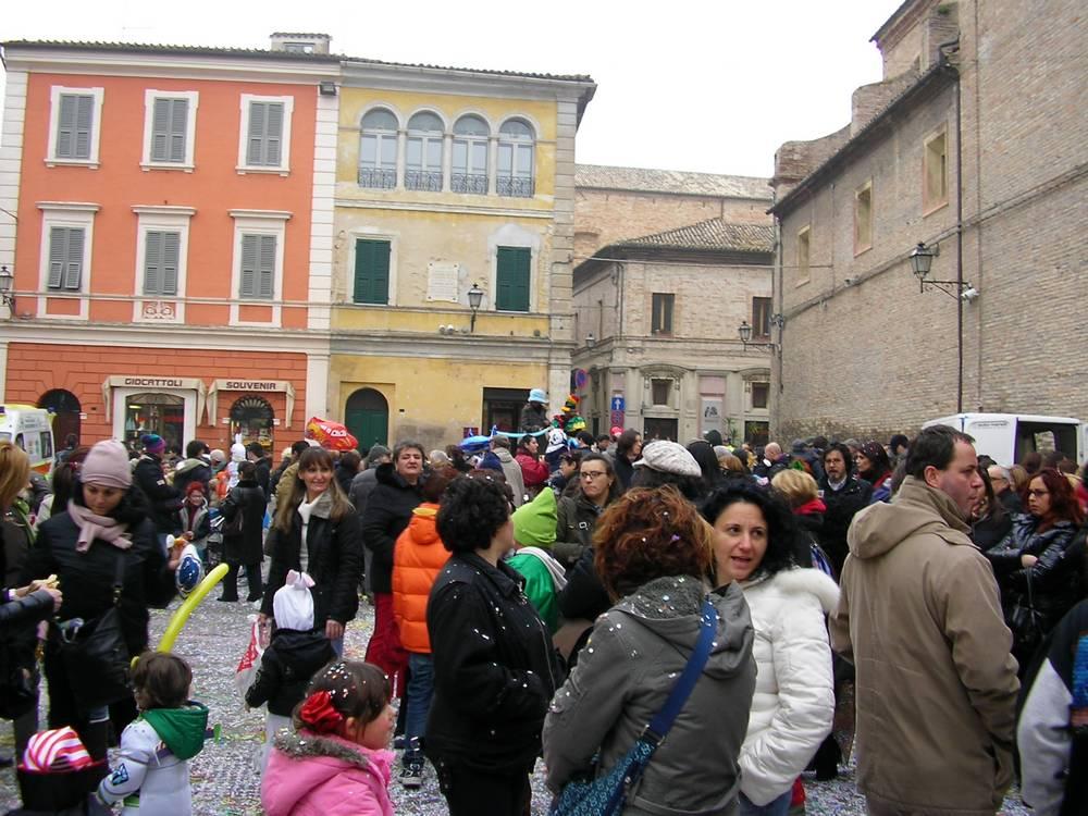 Centinaia di persone in piazza per il carnevale