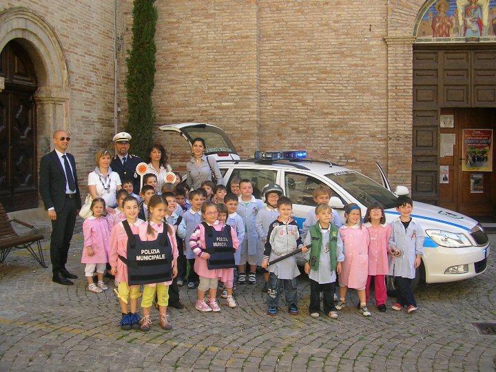 I bimbi delle materne in visita al Comando di Polizia