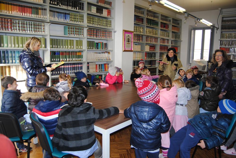 I bimbi della materna Sant'Agostino in biblioteca
