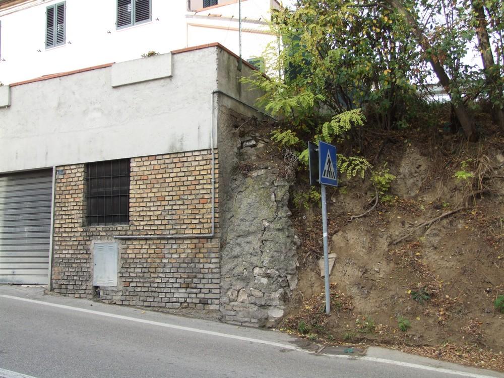 Scala di collegamento per il cimitero da via Donizetti