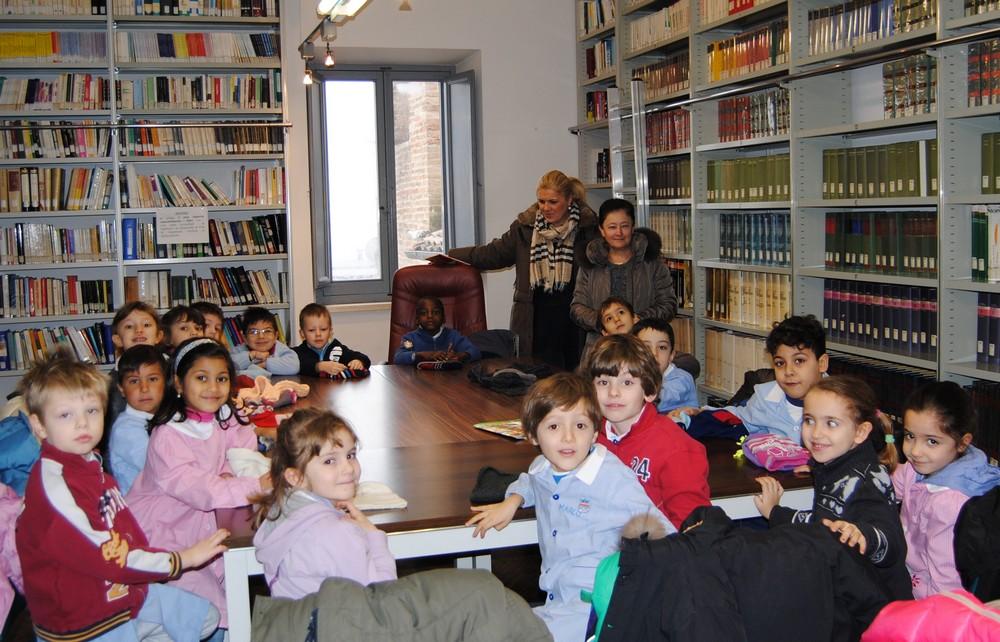 I bimbi della materna Sant`Agostino in biblioteca