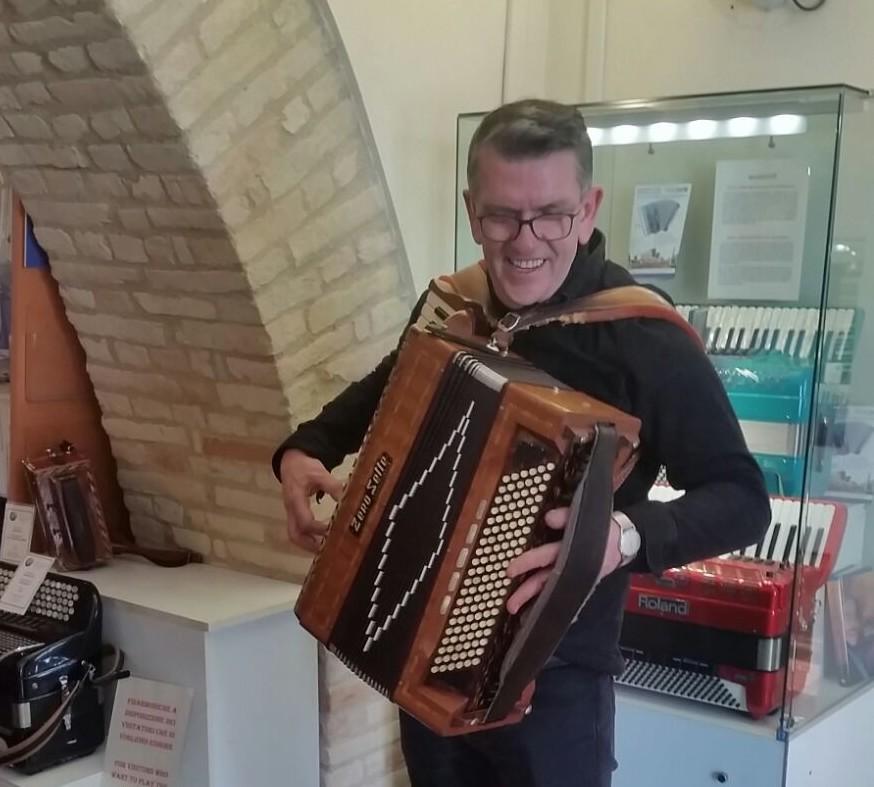 Mike Joyce (The Smiths) affascinato dalla fisarmonica