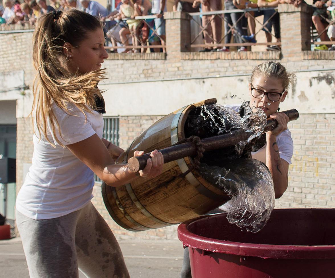 Palio dell`acqua, sfida tra otto quartieri