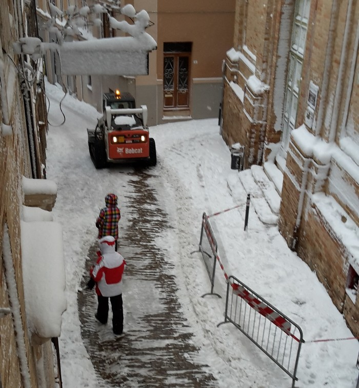 Neve: chiuse scuole, asili, cimitero e Monumento